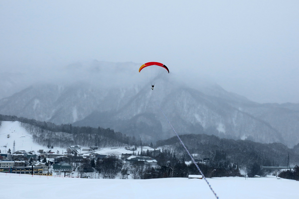 栂池高原スキー場でパラグライダートーイング3